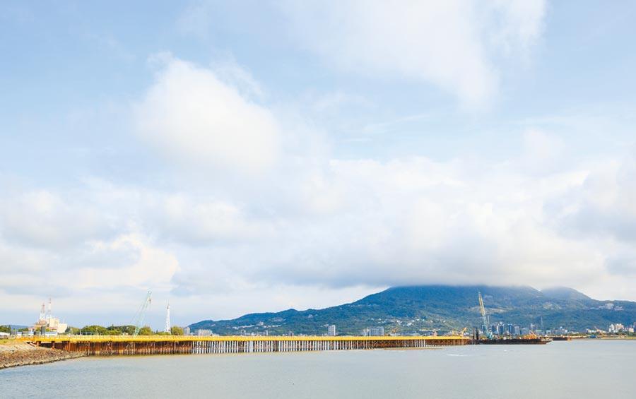 淡江大橋等重大建設的完工,將使淡海新巿鎮聯結雙北生活圈交通時間,有望由1小時左右大幅縮短為30分鐘。(張鎧乙攝)