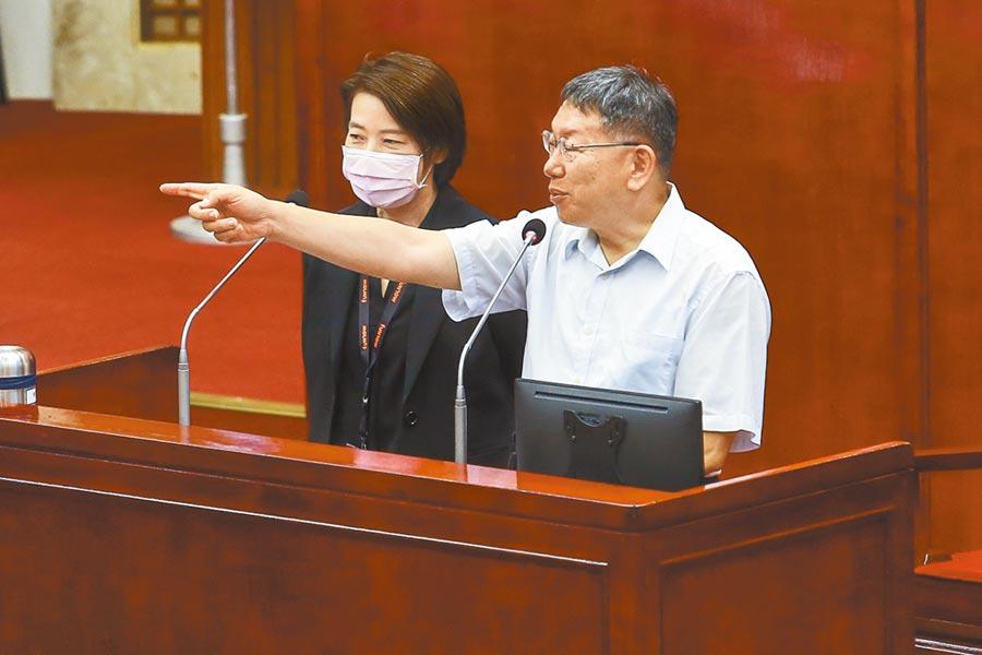 台北市长柯文哲(右)脸书发懒人包指大巨蛋解约要赔300多亿,议员苗博雅质疑,300亿哪来的,柯坦言没有实际估过。(邓博仁摄)