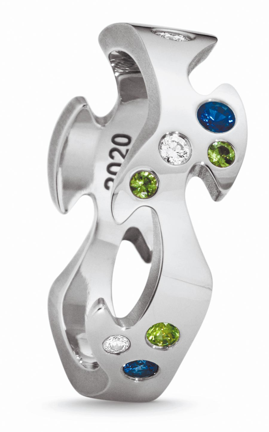 喬治傑生FUSION年度限量訂製白金中圈戒指,鑲嵌藍寶石、鑽石等,約6萬6600元起。(GEORG JENSEN提供)