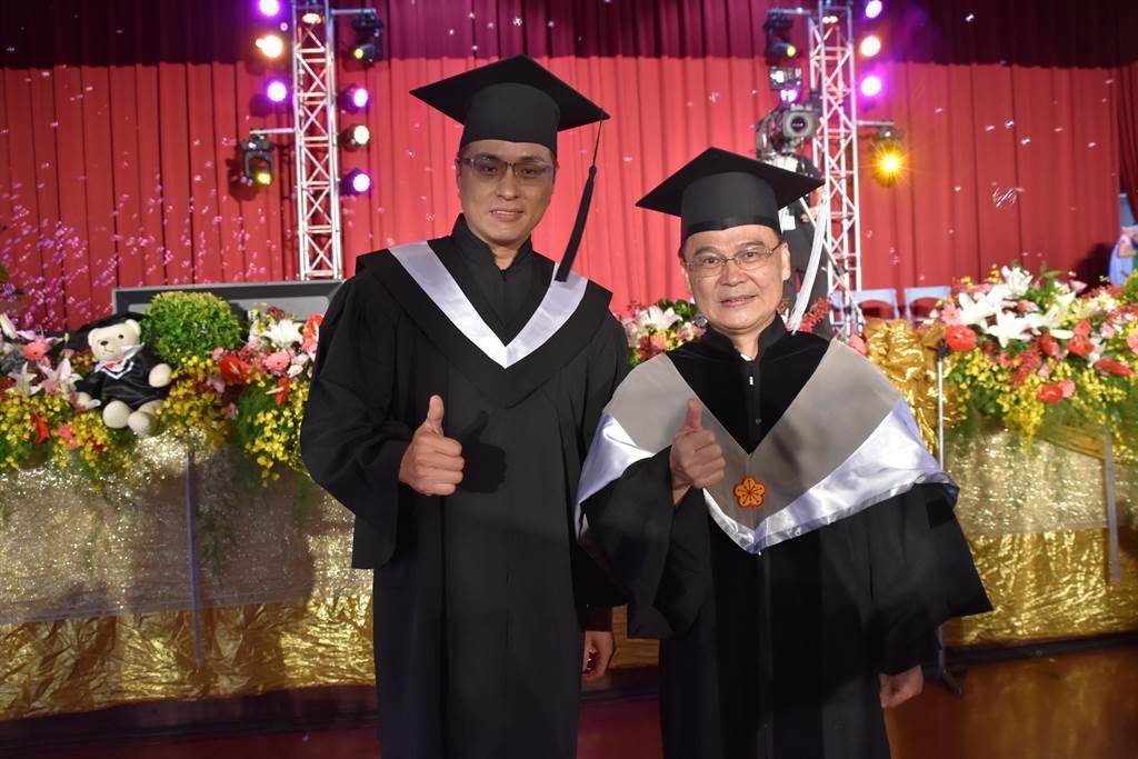 空大今年畢業生張志剛(左),在空大讀了28年書,堪稱是終身學習典範。圖右是空大校長陳松柏。(空大提供/林志成台北傳真)