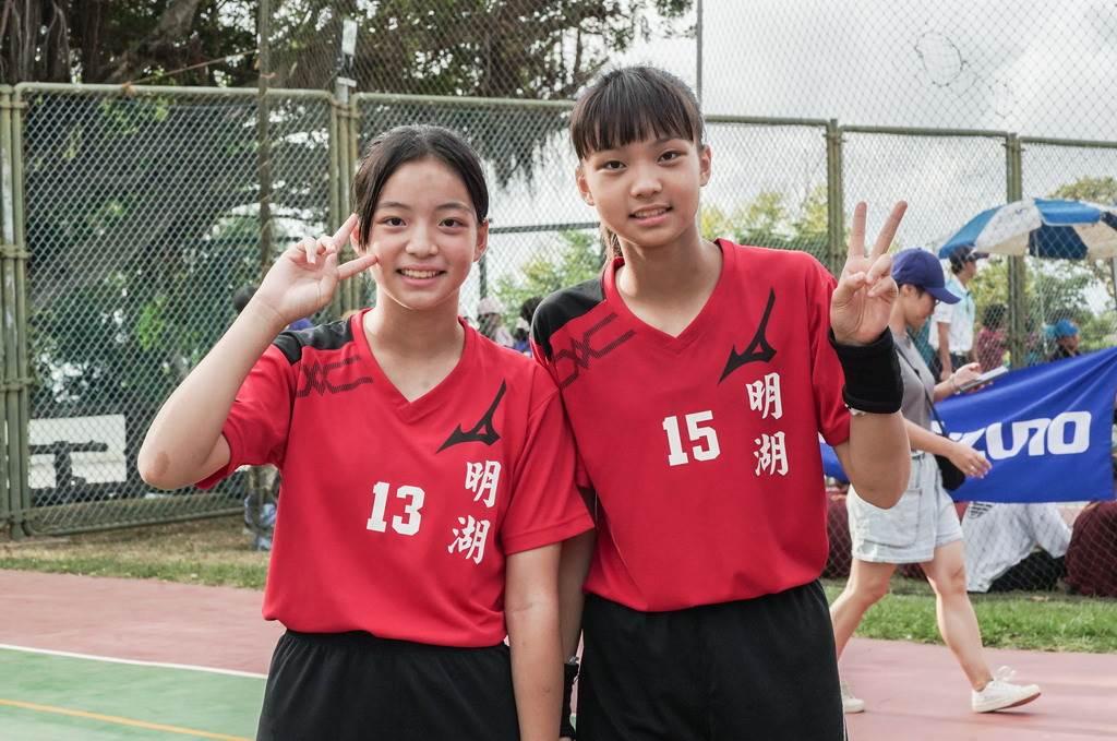李思珊(左)與姐姐李思依一起在永信盃出賽。(永信盃提供)
