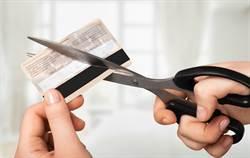 拒繳違約金被客服冷回 女子剪卡後秒後悔:我蠢