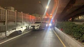 撞到人棄車逃逸 轎車卡三重區中山橋警方急吊離