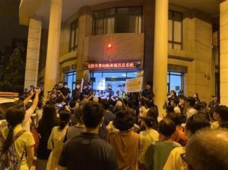 不滿太極門土地收國有 執行官住處前舉牌抗議涉恐嚇