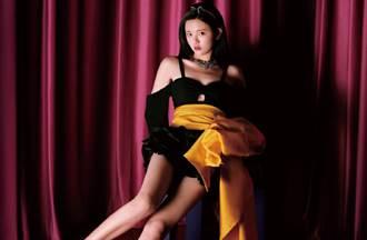 楊超越胸下挖空洩亮點 復古公主風大片展修長美腿
