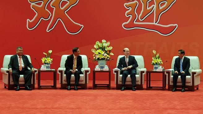 海峽論壇大會前,國台辦主任劉結一會見台灣嘉賓代表。左一,名嘴黎建南;左二、新黨主席吳成典;右一,福建省委書記于偉國;右二,國台辦主任劉結一。(藍孝威攝)