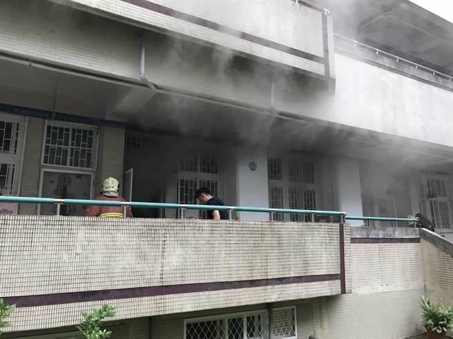 錦和國小上午教室冒出白煙,火勢迅速撲滅。(王揚傑翻攝)