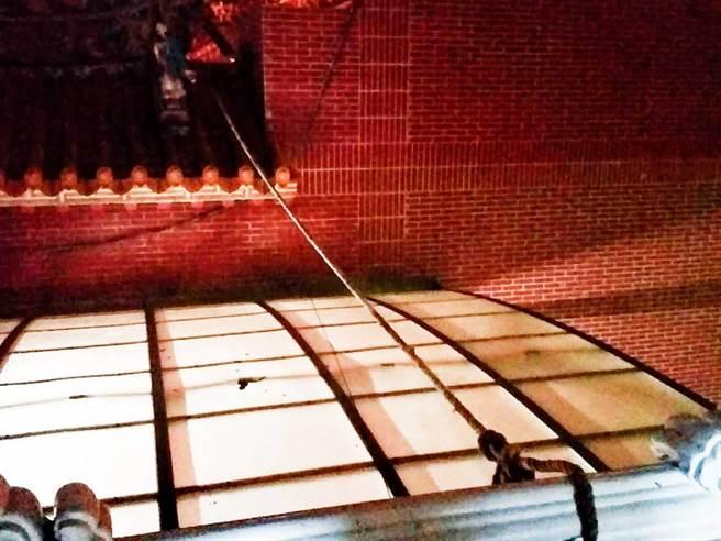 黃男從2樓香客大樓攀繩,沿著遮雨棚潛入主殿。(鄭清木提供/張毓翎嘉義傳真)