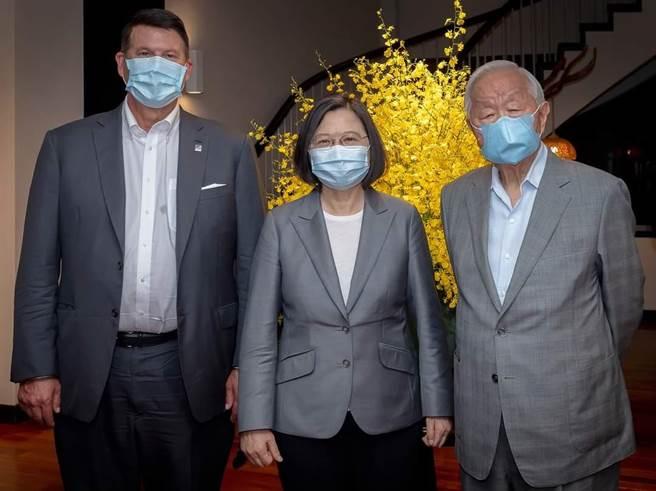 美國國務院次卿柯拉克(左起)、蔡英文總統、台積電創辦人張忠謀。(圖/總統府提供)