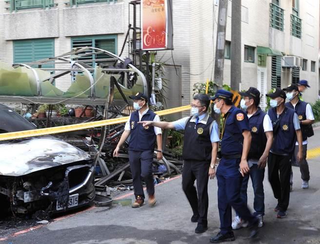 台中地檢署檢察官陳振義(左二)聽取警方報告後,昨天仔細查看現場並走到氣爆屋後勘查。(陳世宗攝)