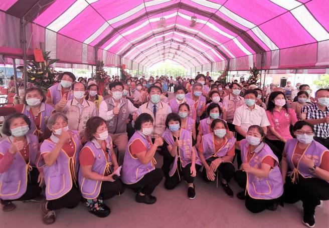 台南市安定區港口社區照顧關懷據點20日舉行新厝喬遷落成儀式。(劉秀芬攝)