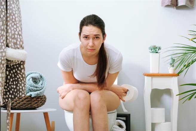 女性在外如廁很常因為環境不乾淨而半蹲。(達志影像)