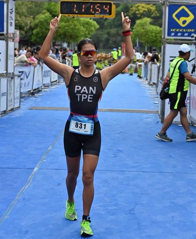 潘昱婷完成女子組半程2連霸。(中華民國鐵人三項協會提供)