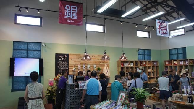 「里物門市」開幕週末門庭若市,農產品銷售相當活躍(黃立杰攝)