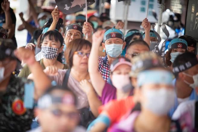現場吸引200多位支持者造勢,眾人還以機車繞行三民區7公里遊行。(袁庭堯攝)