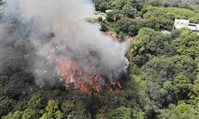 位在绿色山林的阿宝坑垃圾掩埋场,10年内已发生3次大火,这次狂烧5天才控制,地方形容烧得像「地狱谷,疾呼「復育不能再拖了!」。(彰化县消防局提供/吴敏菁彰化传真)」