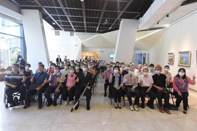 彰化縣文化局舉辦「藝術有愛」義賣特展,邀請52位藝術家用藝術畫生命、用藝術做公益,一起協助建立伯立歐家園。(吳敏菁攝)