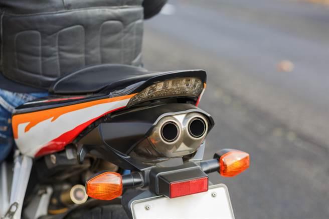 一位台中網友下班去牽車時,卻發現愛車排氣管被塞滿「碎豬肉」,抓到犯人後,犯人的態度讓他更加生氣。(示意圖/Shuttertsock)