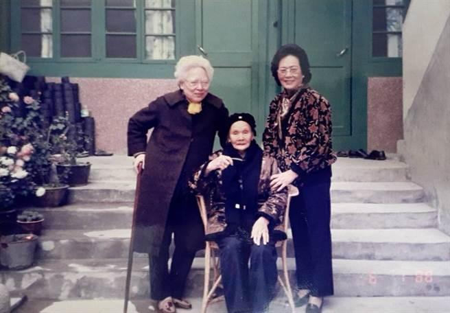 母親(左)與阿姨(右)返鄉探親,與外婆合影。(作者提供)