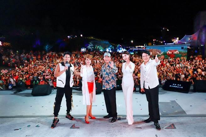 Terry、向娃、劉福助、陳美鳳、伍浩哲跟萬名歌迷一起合影。(民視提供)