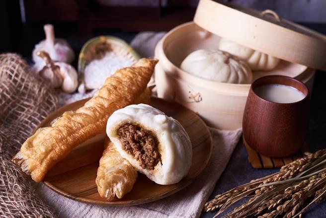 營養師高敏敏點出,中式早餐不但有許多國民美食熱量高、油脂含量也很高,其中一顆「飯糰」的熱量竟相當於「一袋鹽酥雞」。(圖/Shutterstock)