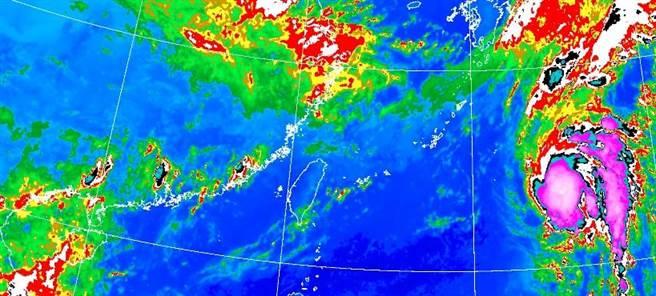 ,隨著鋒面遠離,明(21)日,水氣減少,雨勢趨緩,但受東北風影響,迎風面的東半部地區及大台北東側有局部地形性短暫陣雨。(氣象局提供)