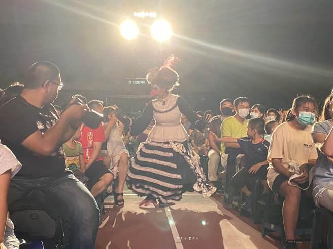 紙風車劇團接連於各地演出,帶領大小朋友跟著劇團出發環島,行動「追劇」。(紙風車劇團提供)
