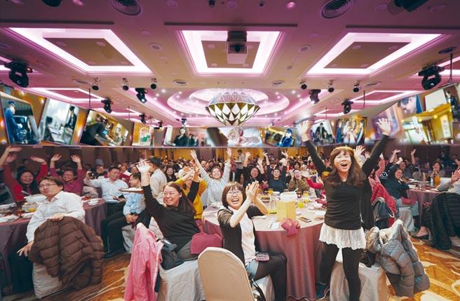 台北福華宴會廳提供精緻中式桌席,讓辛苦一整年的員工可盡情享受美食佳餚。圖/業者提供