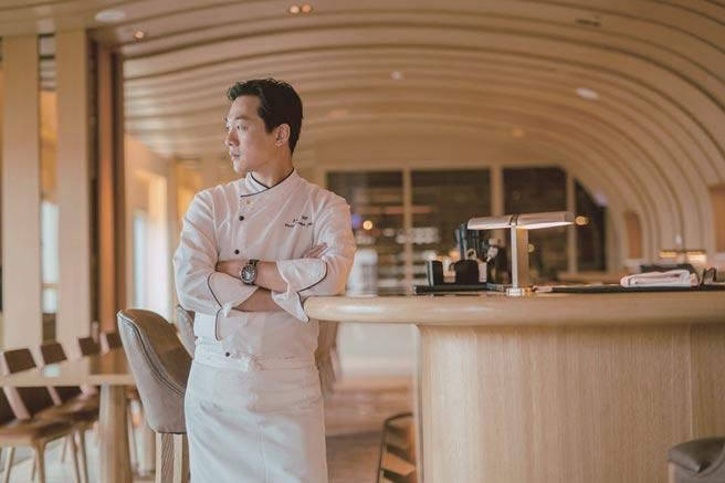 极炙牛排馆主厨何元嘉,厨龄长达25年,专精于欧陆料理以地中海烹调经典手法,结合异国及台湾在地食材,呈现健康取向的美食佳肴。图/台中日月千禧酒店提供