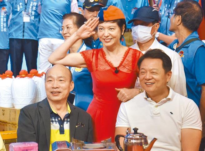 前高雄市長韓國瑜(左)、前台北縣長周錫瑋(右)等人19日出席陸軍官校「2020專修班年會」,周錫瑋重申反對含有瘦肉精的美豬進口,呼籲大家「絕對不可以跟民進黨走」。(莊旻靜攝)