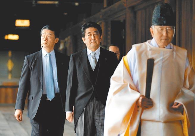 日本前首相安倍晉三19日參拜靖國神社。圖為安倍任內於2013年12月參拜靖國神社的檔案照。(路透)