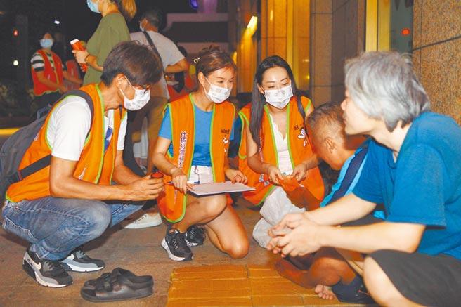 仕招社會福利慈善事業基金會在旺旺志工團支援下,18、19日夜訪千名街友發送慰問金,讓街友們備感過節溫暖。(張立勳攝)
