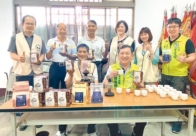 市議員曾朝榮(前右)說,日據時期大坑被指定為供應日本皇室御用咖啡,打出知名度。(陳世宗攝)