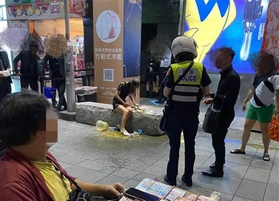 女子在信義區逛街無故遭人潑灑排泄物。(翻攝臉書「爆料公社」)