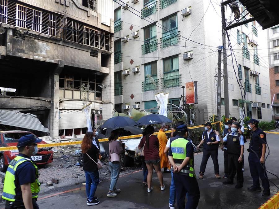 台中東海商圈附近的民宅,昨清晨發生氣爆,家屬質疑救災太慢,釀家人命喪火窟。(圖/記者陳世宗攝)