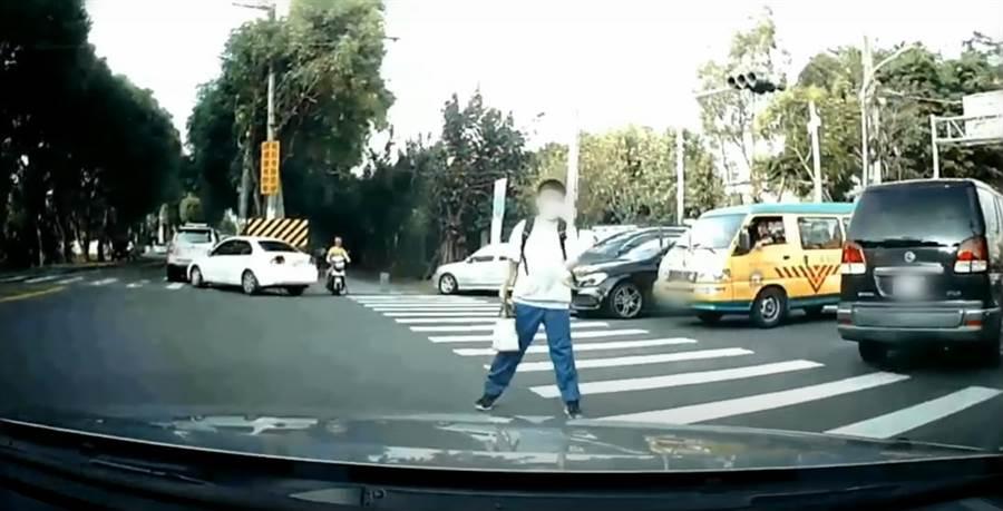 小弟弟揮手「你先過」駕駛油門一踩悲劇了!(翻攝自youtube)