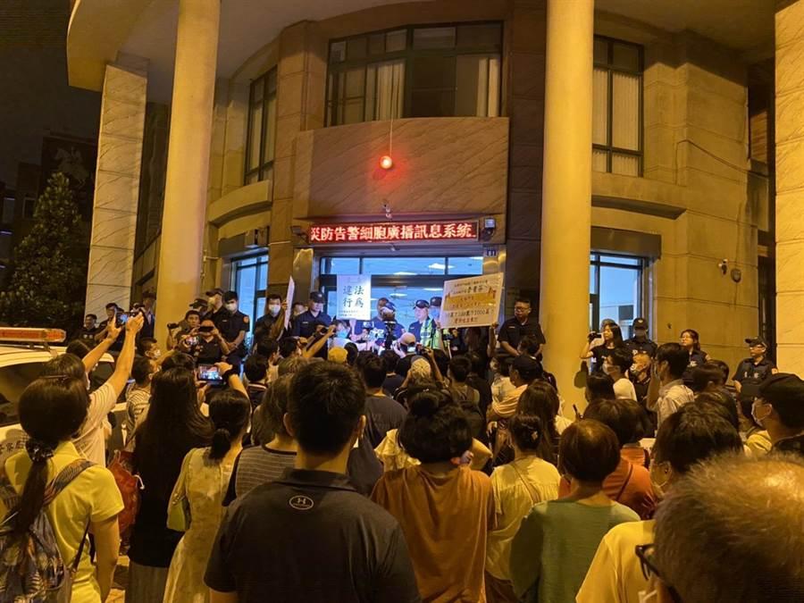 大批聲援民眾19日深夜前往六家派出所抗議,警方舉牌警告。(莊旻靜攝)