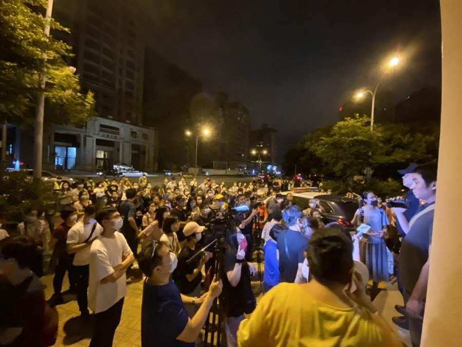 大批聲援民眾19日深夜前往六家派出所抗議。(莊旻靜攝)