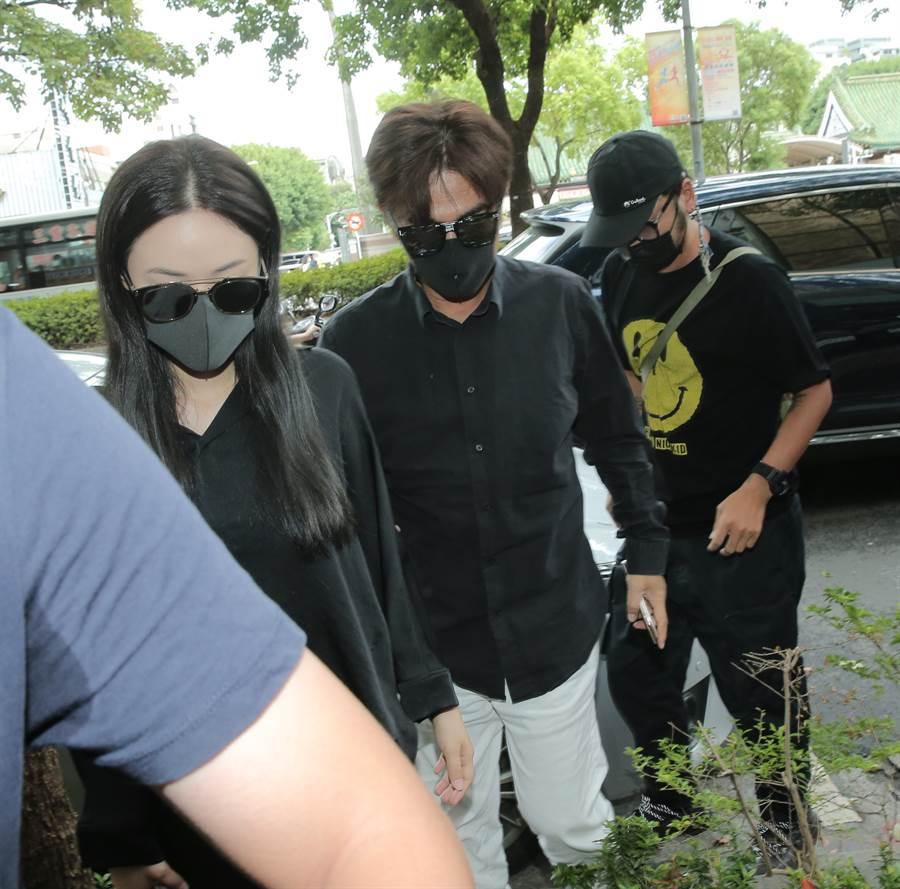 吳宗憲12點15分帶著女兒Sandy、徒弟Kid現身,他戴著黑色口罩及墨鏡,神情非常哀戚。(盧禕祺攝)