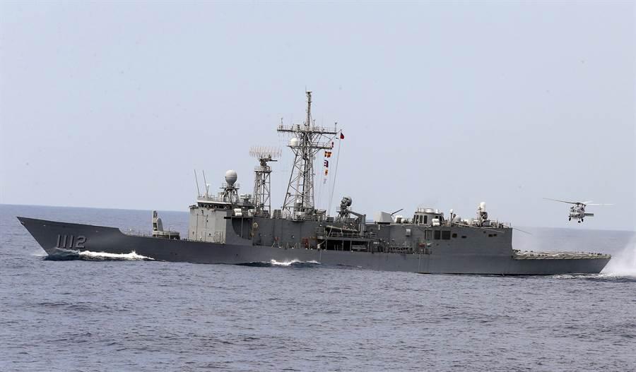 國防部2019年5月22日清晨在東部海域執行戰備訓練,共出動22艘水面艦、22架次戰機進行實彈訓練,而派里級軍艦「銘傳」艦(圖)也參加了操演。(中央社)