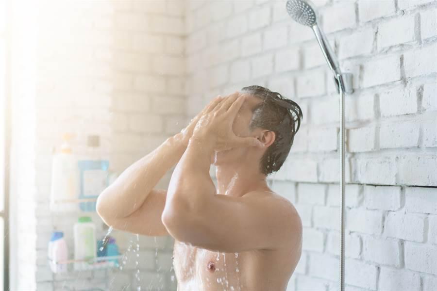 自由哥猝死如小鬼翻版 醫生表示洗澡溫差過大會引發血管劇烈收縮,提高主動脈剝離、血栓等風險。(示意圖/達志影像)