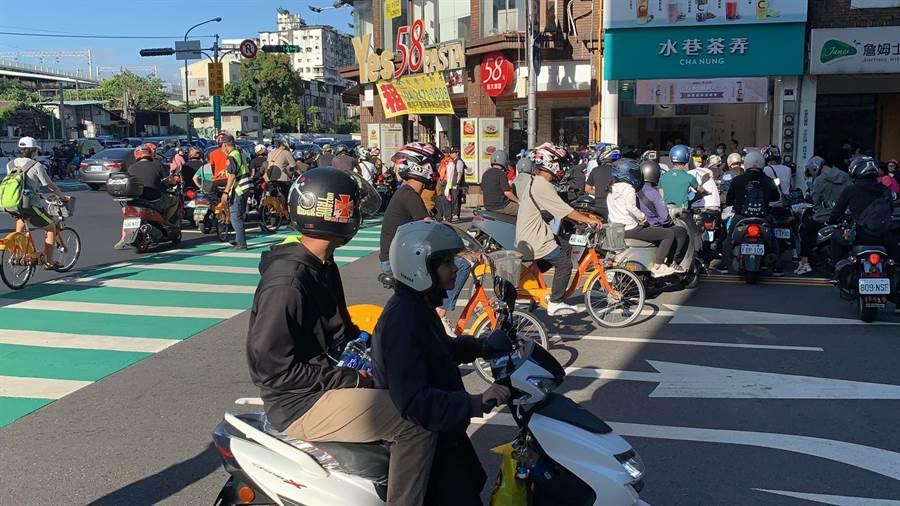 台灣機車促進協會發起「待轉大富翁」活動,20日下午三點開始,台中復興路、大智路口集結上百輛機車。(馮惠宜攝)
