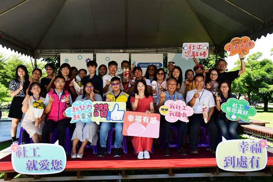 台東縣政府19日表揚18位績優社工人員。(莊哲權攝)