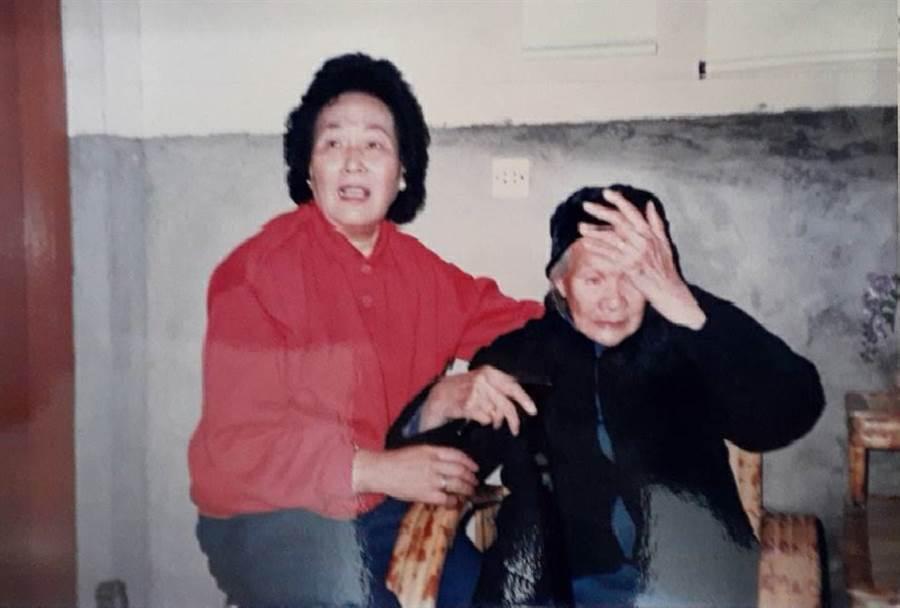 見到從台灣返鄉的女兒們,外婆(右)遮臉哭泣,疑在夢中。(作者提供)