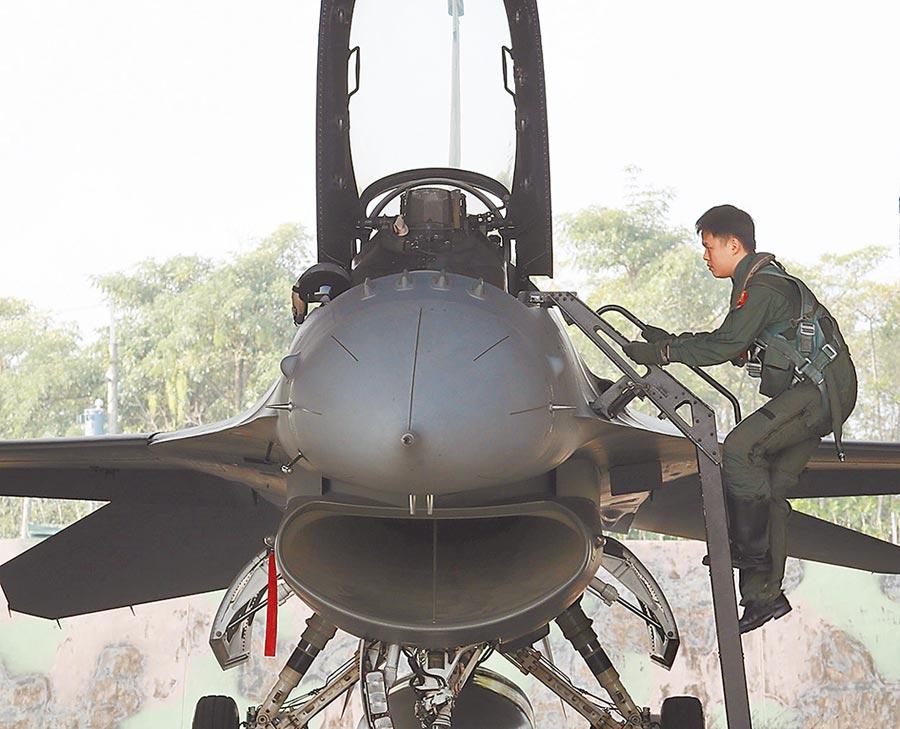 大陸軍事專家19日受訪指出,大陸空軍對台灣軍事活動是否繼續升級,將視美台互動而定。圖為我國軍演練緊急起飛。(本報資料照片)