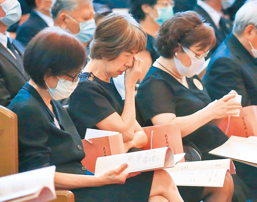 李登輝兒媳婦張月雲(前左起)、女兒李安娜、李安妮等人看到追思影片感傷落淚 。(台北市攝影記者聯誼會提供)