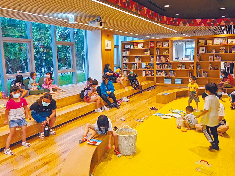 號稱「森林中的圖書館」屏東縣立總圖書館,自重新開幕後3個多禮拜以來,已吸引12萬人次造訪,兒童區受到親子歡迎。(潘建志攝)