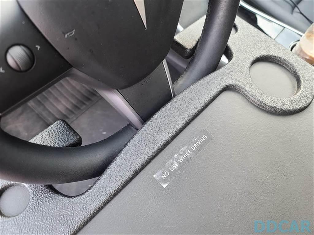 上面還貼著「不要在駕駛時使用」,真的不要嘗試,因為它會影響轉向,大家別玩命。