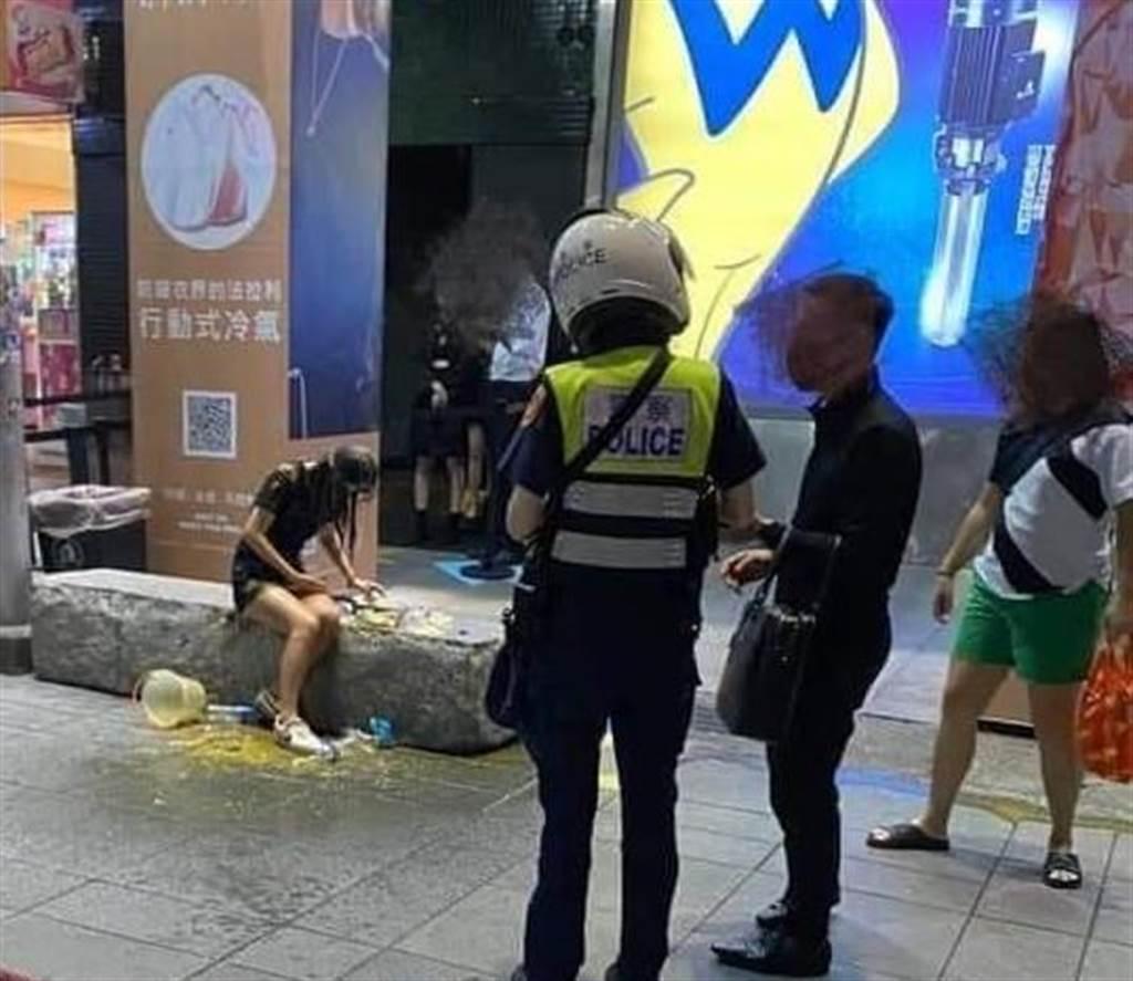 20歲邱姓女子19日深夜,疑因日前夜店爭風吃醋的糾紛,被不明男子在台北市信義區當街潑糞教訓。(取自臉書爆料公社)