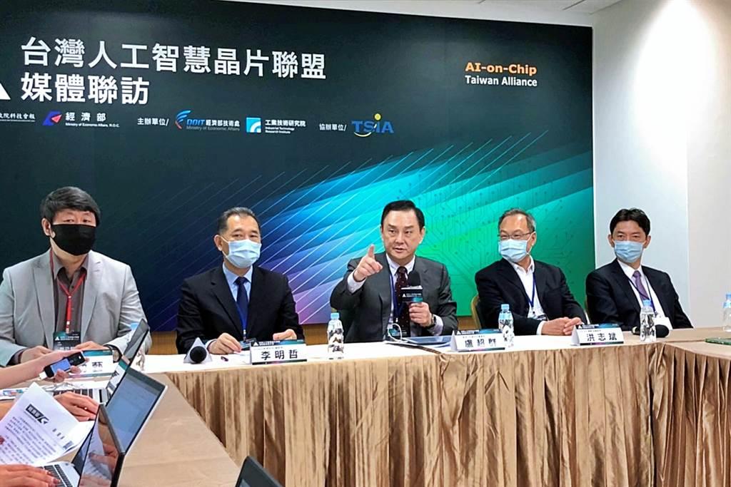 台灣人工智慧晶片聯盟(AITA)21日舉行會員大會,在聯盟會長盧超群(中)率領下接受媒體聯訪。右2為日月光投控旗下日月光研發中心副總經理洪志斌。(記者林資傑攝)